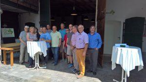 Teilnehmer vor der umgebauten Scheune im Hof Messerschmidt